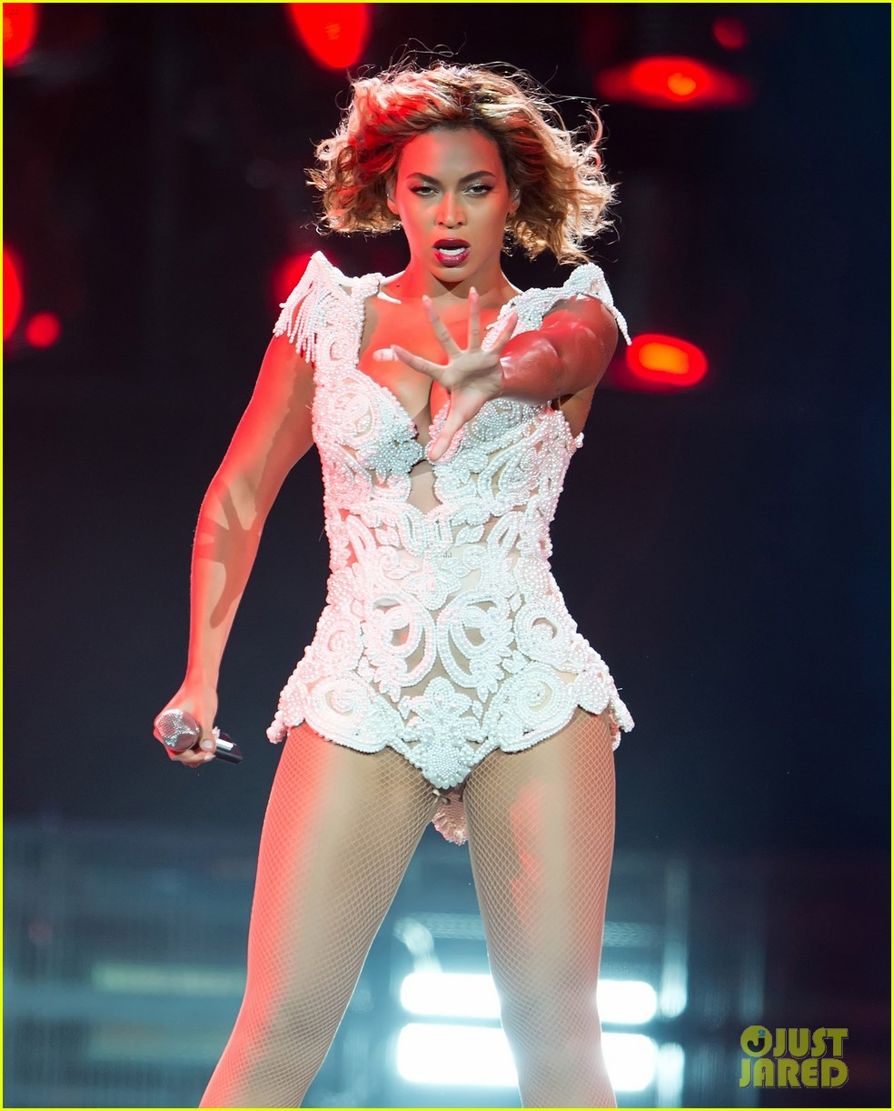 beyonce-rocks-new-outfit-at-made-in-america-festival-06